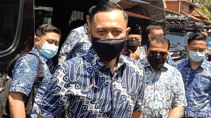 Ketum Partai Demokrat Agus Harimurti Yudhoyono (AHY) berziarah di makam kakeknya Sarwo Edhie Wibowo. AHY tampak melakukan tabur bunga di makam kakeknya.