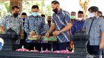 Potret AHY Tabur Bunga di Makam Sarwo Edhie
