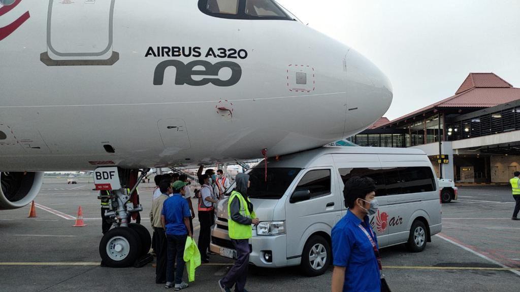Shuttle Bus Batik Air Tabrak Moncong Pesawat yang Parkir di Bandara Soetta
