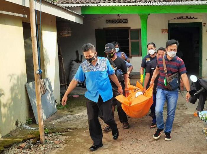 Terapis pijat alternatif di Kabupaten Kediri tewas tersetrum alatnya sendiri. Peristiwa itu terjadi saat ia akan memberikan jasa pijat ke warga.
