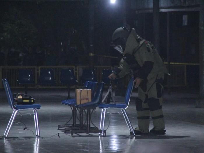 Tim Jibom Polda Jawa Timur mengamankan benda mencurigakan di Terminal Purbaya Kota Madiun. Benda berupa karton ditemukan pedagang asongan di atas kursi tunggu penumpang.