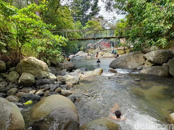 Wai Batu adalah kawasan wisata yang berada di Desa Batetangnga, Kecamatan Binuang. Lokasinya berjarak sekira 9 kilometer dari Kecamatan Polewali, ibu kota Kabupaten Polewali Mandar.