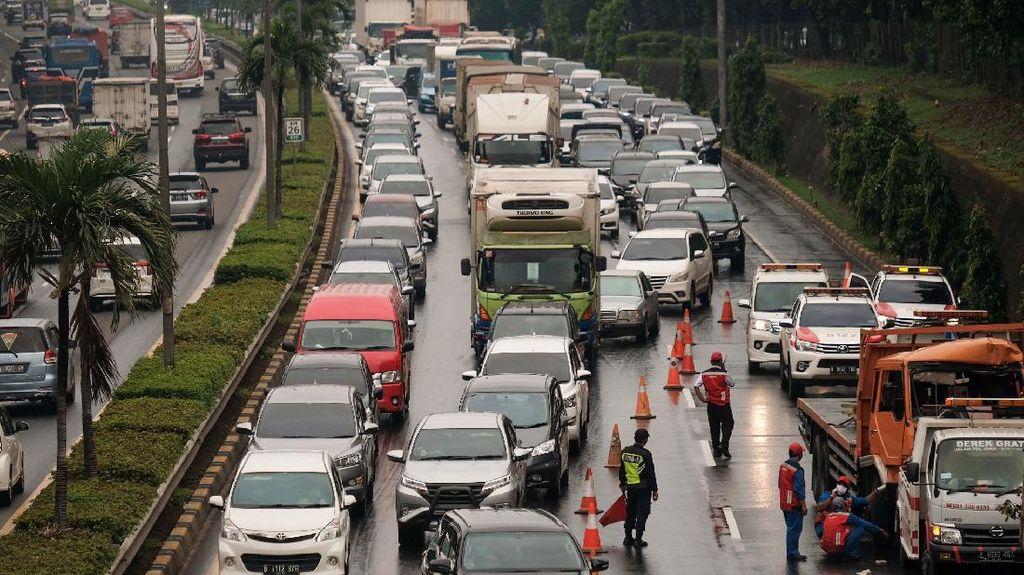 Ada Kecelakaan, Tol JORR Arah Pasar Minggu Macet