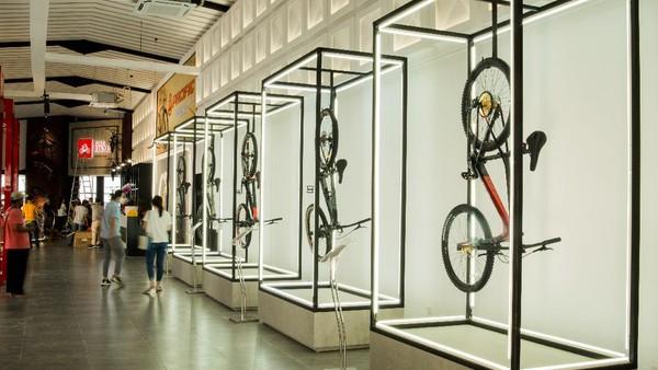 Selain itu, untuk melengkapi pengalaman bersepeda, disediakan juga fasilitas exclusive restroom yang dapat dimanfaatkan untuk mandi dan tentunya bike racks. Tak lupa, pilihan jajanan kuliner juga hadir untuk memuaskan rasa lapar dan haus setelah bersepeda.