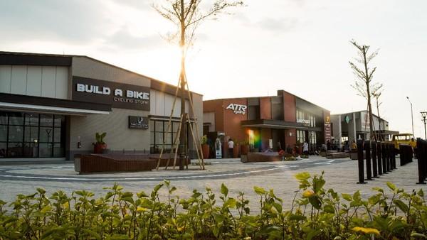 Pusat Sepeda dirancang untuk melengkapi pengalaman bersepeda dengan menghadirkan berbagai toko sepeda, lahan parkir sepeda, serta area rekreasi.