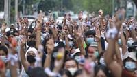 Kasihan, Warga Myanmar Susah Payah Tarik Uang di ATM