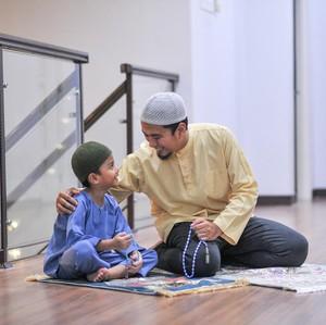 3 Cara Ajarkan Anak Sholat Tarawih di Bulan Puasa