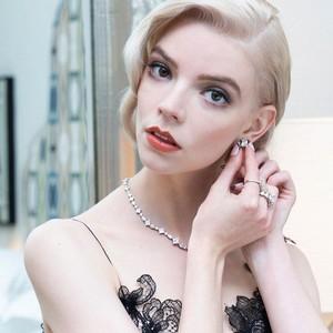 Gaya Mewah Anya Taylor di SAG Awards, Pakai Perhiasan Berlian Rp 11 M!
