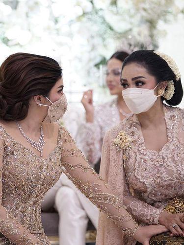 Keakraban Ashanty dan Krisdayanti di pernikahan Aurel Hermansyah dan Atta Halilintar.