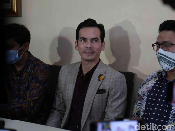 Atalarik Syah menggelar konferensi pers terkait kemenangan harta Gono gini di RM Mang Kabayan, Jl Veteran, Bintaro, Jakarta Selatan, Senin (05/04/2021).