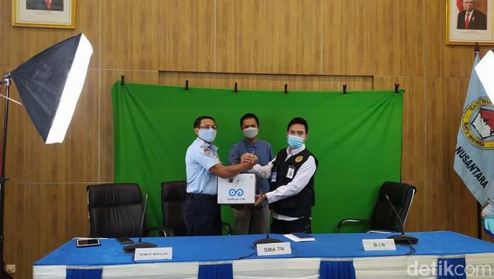 SMA Taruna Nusantara Magelang, Jawa Tengah, mendapat bantuan alat pendeteksi COVID-19, GeNose C-19. GeNose ini akan digunakan sebelum pembelajaran tatap muka.