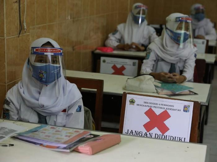 Gubernur Jateng Ganjar Pranowo sidak sekolah tatap muka di SMAN 4 Semarang dan SMAN 1 Ungaran, Senin (5/4/2021).