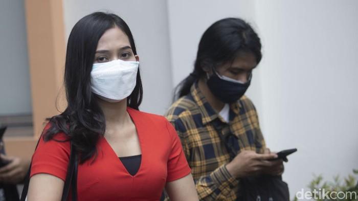 Finalis Miss Landscape International 2019 perwakilan Indonesia Era Setiyowati (Sierra), datang ke kantor Komisi Perlindungan Anak Indonesia (KPAI) untuk melaporkan suami sirinya.