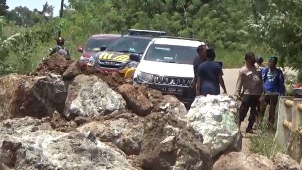 Protes Jalan Rusak, Warga Kendari Tanam Pohon Pisang-Taruh Batu