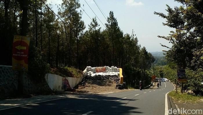 Kecelakaan kerap terjadi gara-gara kendaraan mengalami rem blong di jalur ekstrem wisata Pacet, Mojokerto. Ini beberapa tips untuk mencegah rem blong di jalur tersebut.