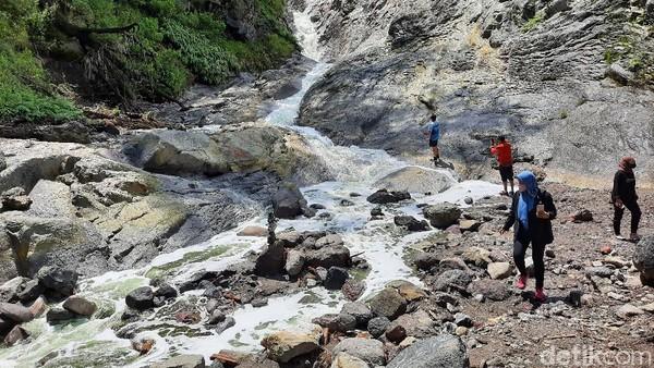 Sungai berair tawar mungkin sudah biasa. Tapi, di Bondowoso, ada sungai yang disebut-sebut sebagai sungai terasam di dunia. Bagi masyarakat sekitar, sungai berair sangat asam ini disebut Kalipait.