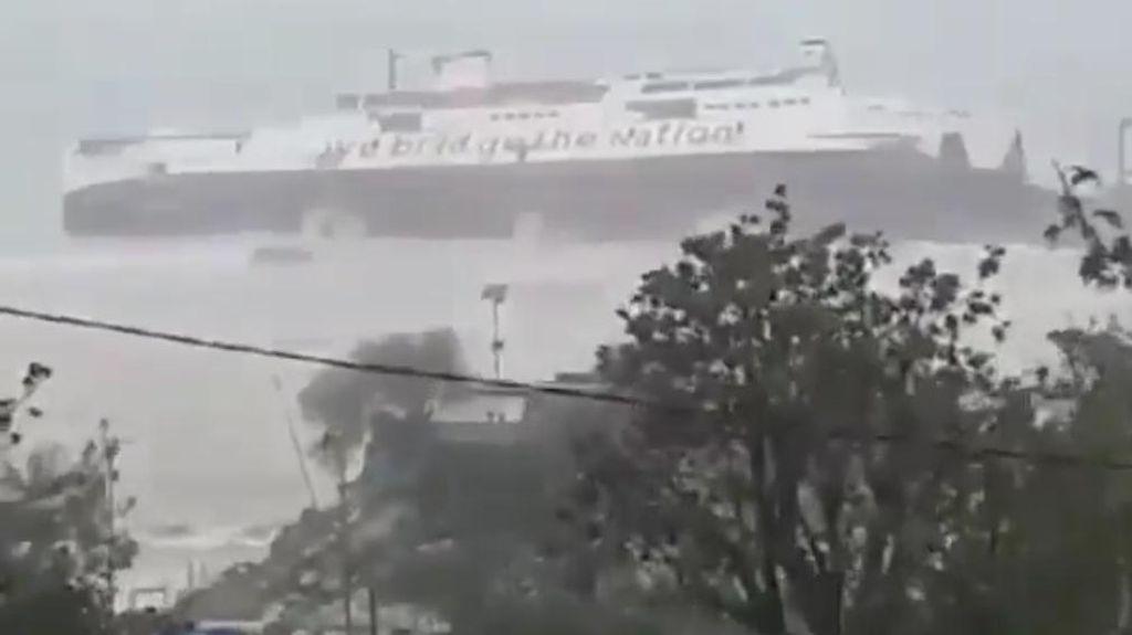 KMP Jatra 1 Karam di Pelabuhan NTT Gegara Lambung Bocor saat Cuaca Ekstrem