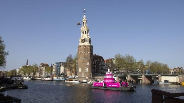 Kebijakan mengakui pernikahan sesama jenis sangat kontroversial di masa itu. Saat itu, ada 4 pasangan sesama jenis yang dinikahkan melalui upacara yang dipimpin langsung oleh Walikota Amsterdam, Job Cohen. (AP)