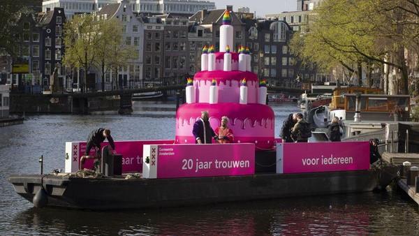 20 Tahun lalu, tepatnya pada 1 April 2001, pernikahan sesama jenis pertama kali digelar dan diakui secara legal di Amsterdam. Untuk merayakan itu, kue raksasa berwarna pink dan berapi pelangi diarak mengelilingi kanal-kanal di Amsterdam. (AP)