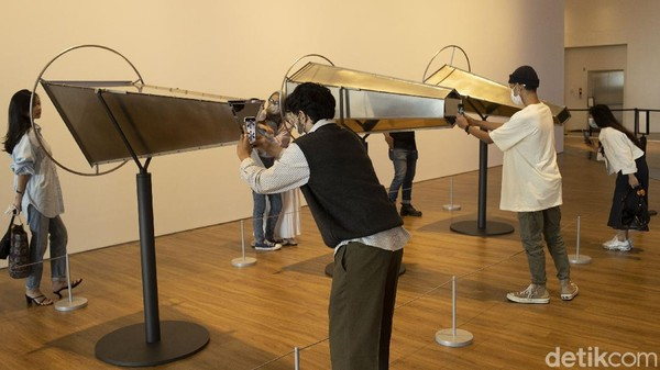 Para seniman merespons realita di sekitarnya dan mengeksplorasi visi masa depan mereka.