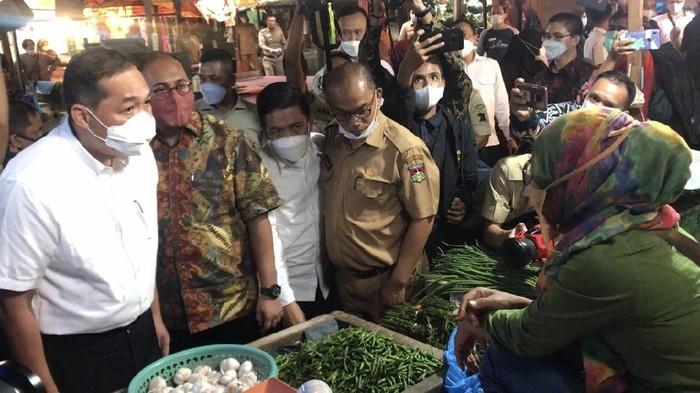 Mendag M Lutfi saat meninjau pasar di Bukittinggi bersama Andre Rosiade (Jeka-detikcom)