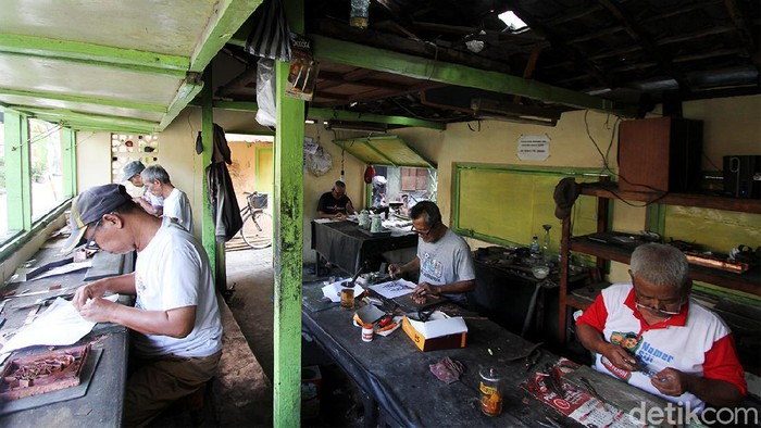 Pekerja menyelesaikan pesanan cetakan batik atau batik cap di Laweyan, Solo, Jawa Tengah, Senin (5/3).