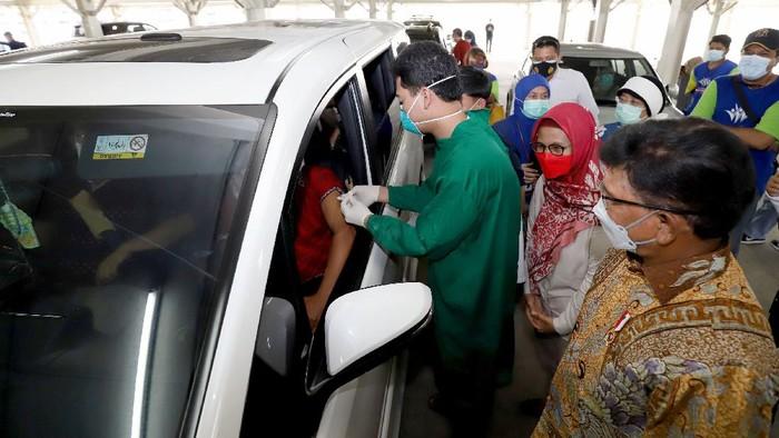Menteri Komunikasi dan Informatika Johnny G. Plate meninjau langsung vaksinasi warga lanjut usia (lansia) di Sentra Vaksinasi Indonesia Bangkit secara drive thru di RS UI, Depok, Jawa Barat, Senin (5/4/2021).