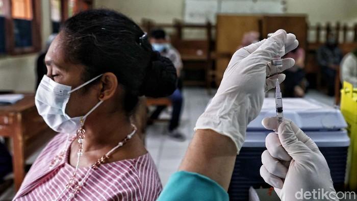 Sejumlah guru di Jakarta mulai mendapat vaksin Corona. Proses vaksinasi untuk guru digelar di SMPN 270, Kelapa Gading, Jakarta Utara, Senin (5/4).