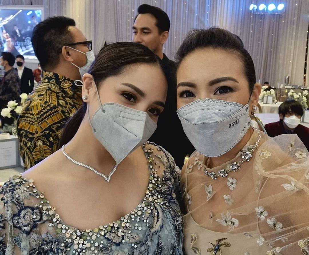 Nagita Slavina dan Rahayu Saraswati di pernikahan Atta Halilintar dan Aurel Hermansyah