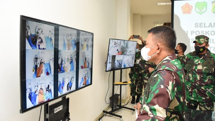 Pangdam Jaya Mayjen TNI Dudung Abdurachman mengecek kondisi pasien di RSD Wisma Atlet Kemayoran (Istimewa)