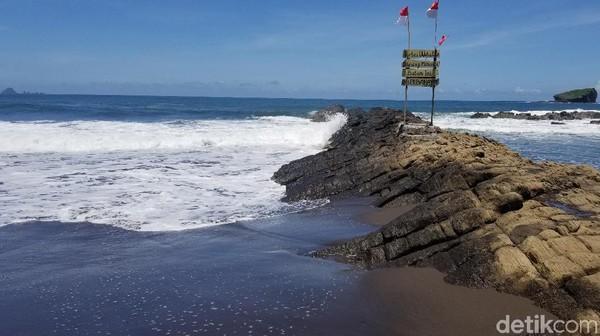 Pengunjungnya datang dari Jember dan luar kota Jember. Fasilitas umum yang ada di Pantai Watu Ulo boleh dibilang cukup lengkap. Mulai dari musala hingga kamar mandi ada di sini.