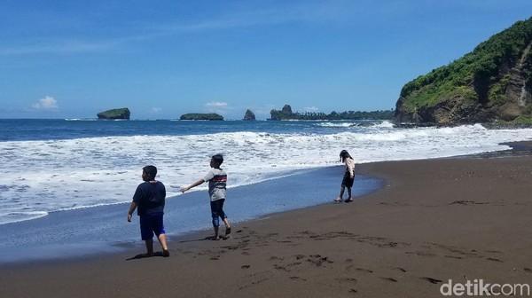 Harga tiket masuk ke wisata pantai Watu Ulo ini relatif murah, cuma Rp 7.500 per orang. Ada wisatawan yang datang bersama keluarga. Ada juga yang datang rombongan sesama profesi kerja atau pun satu komunitas.