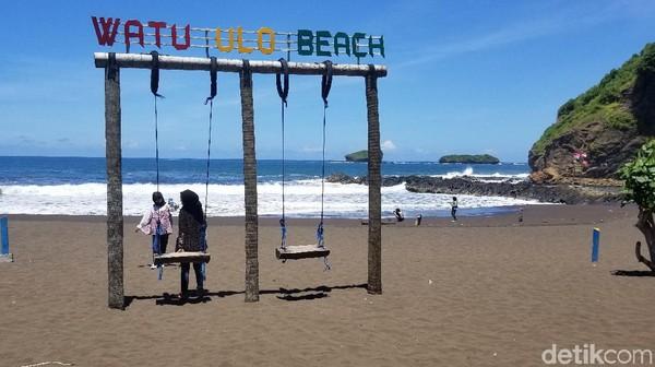 Inilah Pantai Watu Ulo di Jember, Jawa Timur yang jadi favorit wisatawan lokal saat liburan. Keindahannya disebut tidak kalah dari pantai-pantai di Bali.
