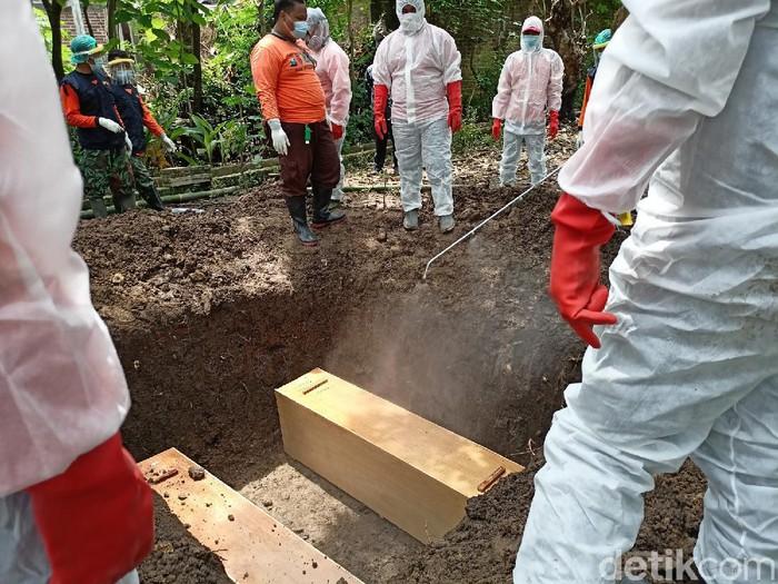 pasien covid-19 dimakamkan satu liang lahat