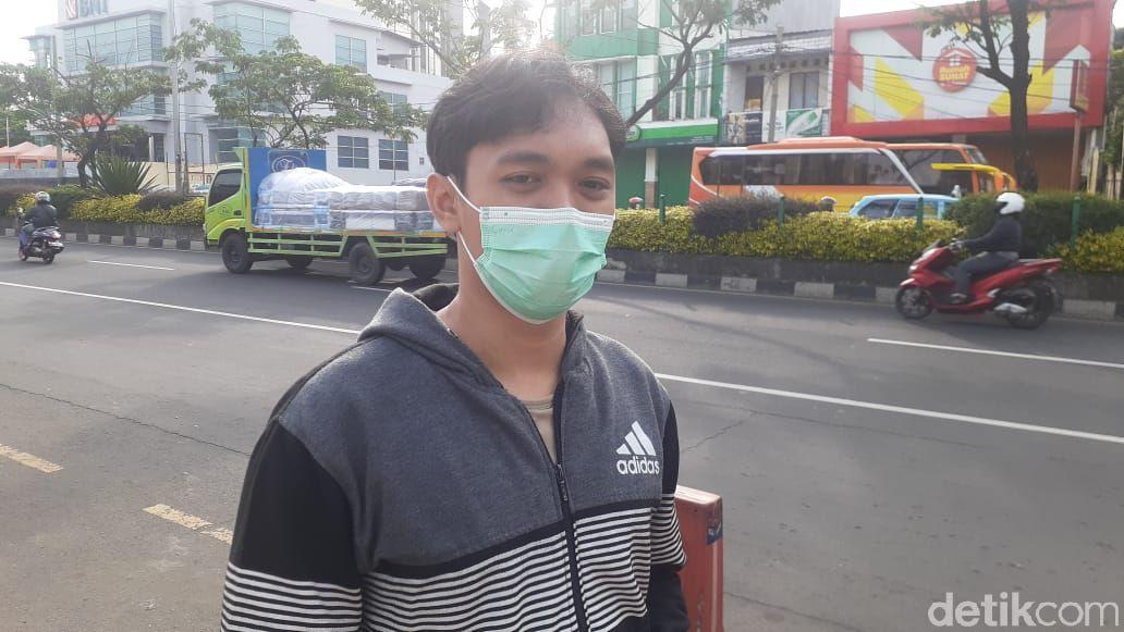 Pejalan kaki menanggapi soal hilangnya parkir liar di sekitar JPO dekat Balai Kota Depok, 5 April 2021. (Afzal Nur Iman/detikcom)