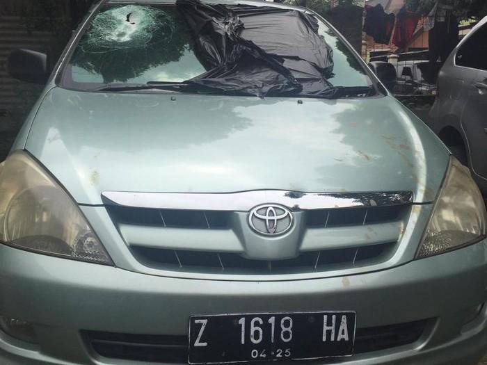 Pengendaran mobil yang menjadi korban pelemparan batu meninggal dunia