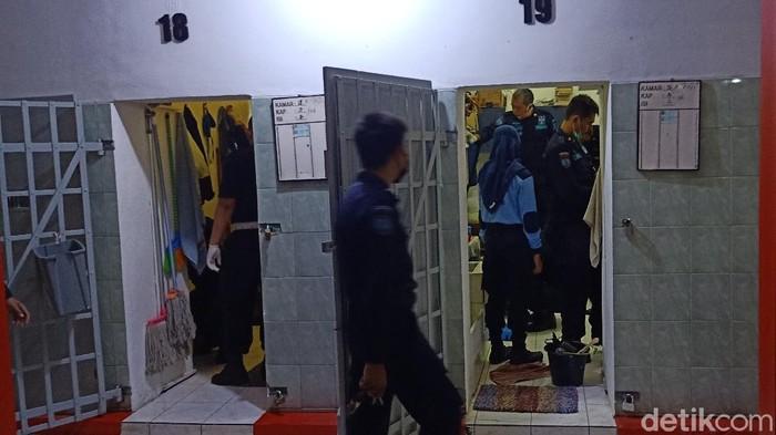 Petugas menggeledah sel di Rutan Banjarnegara, Senin (5/4/2021) malam.