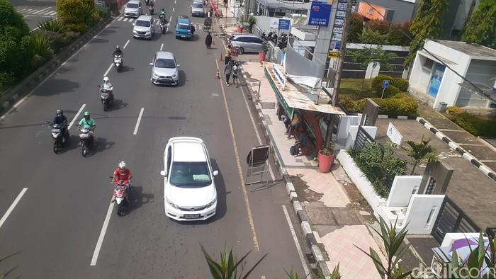 Pintu masuk JPO dekat Balai Kota Depok yang semula terhalang parkir liar kini sudah bebas parkir liar, 5 April 2021. (Afzal NI/detikcom)