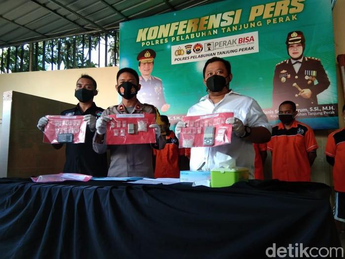 Oknum wartawan di Surabaya diamankan saat pesta sabu. Dalam kasus ini, polisi mengamankan 3 gram lebih sabu.