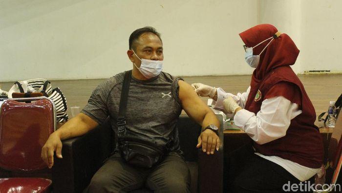 Kontingen PON 2020 dan Peparnas 2021 Jawa Barat mendapatkan vaksin COVID-19.