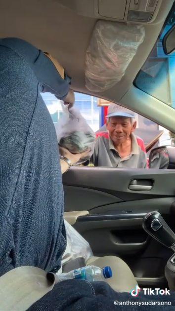 pria borong salak dari nenek penjual di depan Soto Kadipiro.