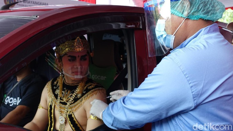 Rama dan Shinta menerima suntikan dosis pertama vaksin COVID-19 di taman parkir Ramayana Ballet, Kompleks Candi Prambanan, Sleman, Senin (5/4/2021).