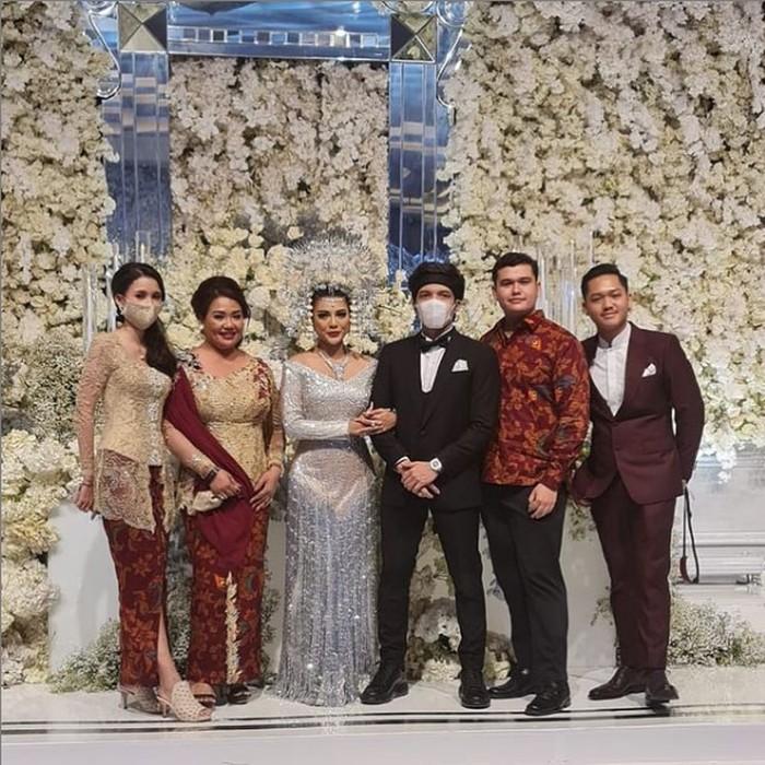 Penampilan Sarah Menzel kekasih Azriel di pernikahan Aurel Hermansyah dan Atta Halilintar.