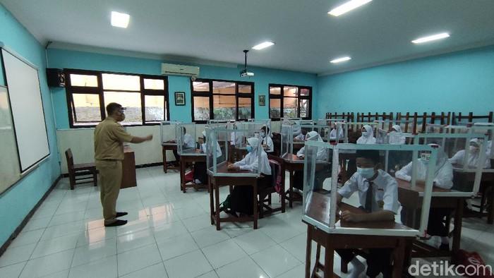 Sekolah tatap muka hari pertama di SMKN 7 Semarang dan SMPN 5 Semarang. 5/4/2021