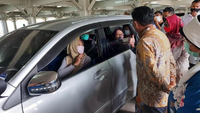 Sentra Vaksinasi Indonesia Bangkit di Depok telah dibuka sejak seminggu lalu, masyarakat lansia yang ikut vaksinasi terbilang minim, padahal vaksinasi drive thru ini gratis.