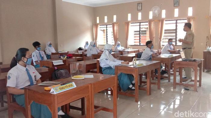 Siswa SMAN 1 Bae Kudus saat mengikuti sekolah tatap muka, Senin (5/4/2021).