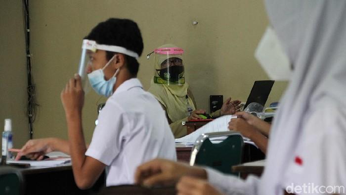 SMAN 1, Solo, Jawa Tengah, mulai melakukan pembelajaran tatap muka, Senin (5/4). Sekolah dilakukan dengan protokol kesehatan ketat.
