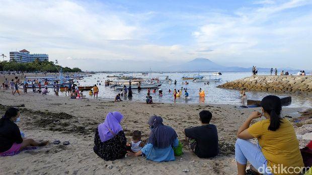 Suasana kunjungan wisatawan di Pantai Segara Ayu, Sanur, Denpasar di hari libur akhir pekan Paskah, Minggu (4/4/2021).