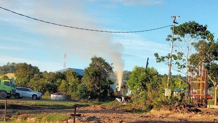 Sumur minyak milik PT. Pertamina EP Asset 5 Tarakan Field di kawasan Kampung Satu, Tarakan, Minggu sore (4/4) mengeluarkan semburan lumpur dan bau (Antara/Susylo Asmalyah)