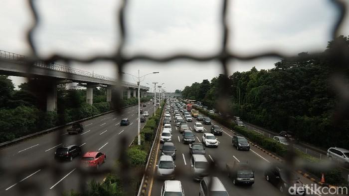 Lalu-lintas di gerbang tol Cililitan terpantau tersendat, Senin (5/4/2021).